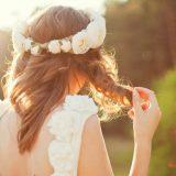 Wunderschöne Braut im Sonnenlicht